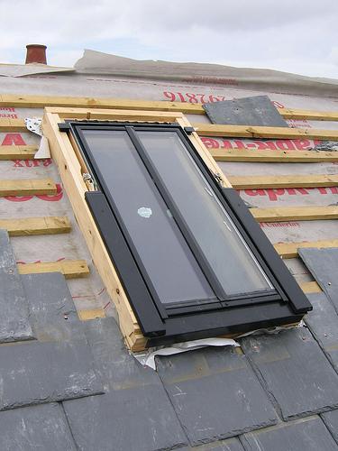 installation d 39 une fen tre de toit cr dit bryn pinzgauer sous licence creative commons. Black Bedroom Furniture Sets. Home Design Ideas