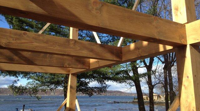 Apprenez la charpenterie traditionnelle en bois massif avec les pros de Linéaire Design, via Écohabitation!