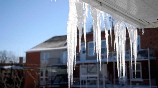 Glaçons sur le rebord du toit, barrières de glace: comment les éviter