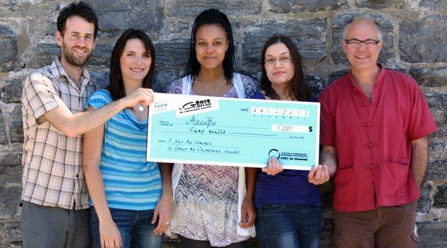 L'équipe d'Archibio et son chèque. Photo Aurélien Semach pour Archibio.