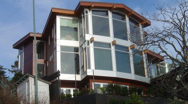 Large baie vitrée dans une maison solaire passive au Colorado