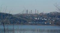 Raffinerie de pétrole face à la ville de Québec
