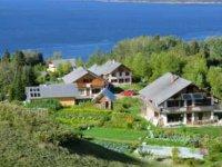 L'Écohameau de la Baie, perché au-dessus du fjord du Saguenay.