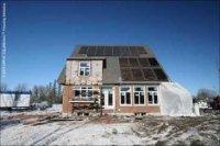 Toits recouverts de panneaux solaires en Ontario.