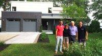 La famille Papin-Ouellette devant sa maison LEED platine