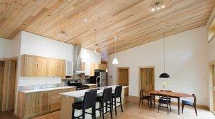 Plafonds: choisir entre une finition de gypse et de bois