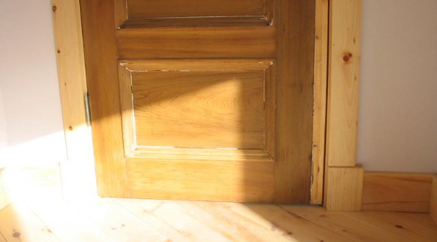 Portes moulures et boiseries cologiques dans les for Moulure porte exterieur